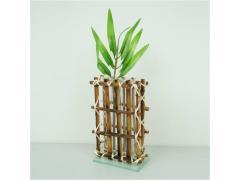 Стъклена ваза в бамбукова мрежа